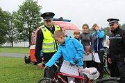 Při preventivní akci Bezpečné kempování policisté obešli návštěvníky kempu Olšovec v Jedovnicích. Dospělí se dozvěděli, jak si poradit se zloději, děti dostaly dárky.