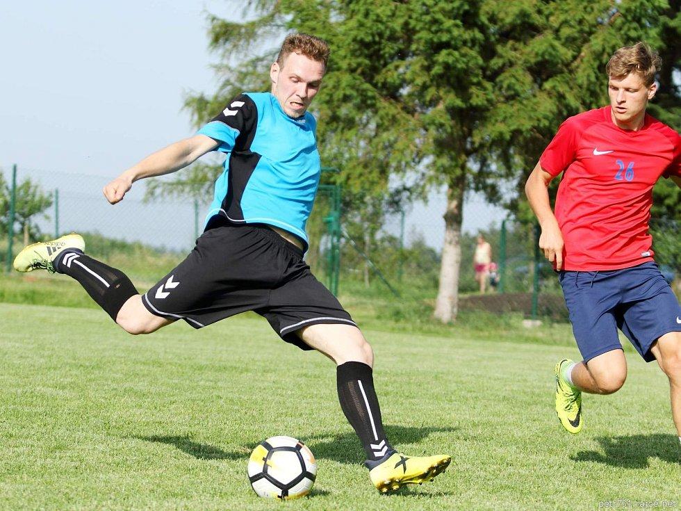 V první lize malého fotbalu okresu Blansko prohrál KMK Újezd u Kunštátu (modré dresy) s BK Sadros Boskovice 0:8.