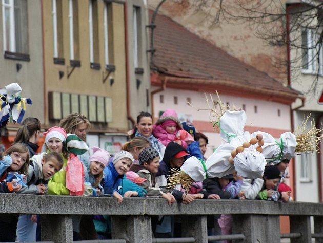 Děti v Blansku shodily vládkyni zimy do řeky.
