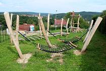 Nové dětské hřiště na konci Vodárenské ulice v Bílovicích nad Svitavou na Brněnsku, otevřené je od začátku června.
