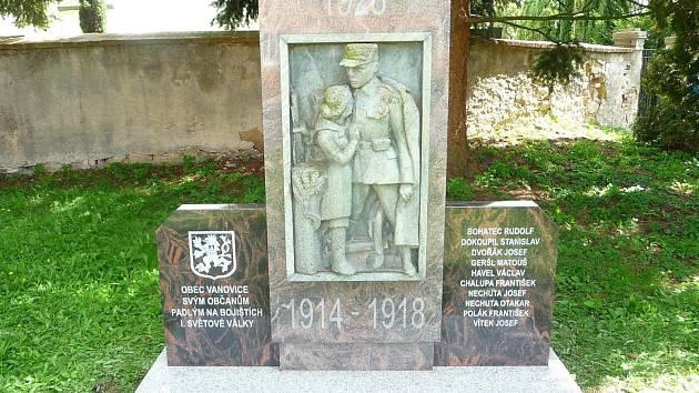 Na pomníku ve Vanovicích jsou nyní nově jména padlých v první světové válce.