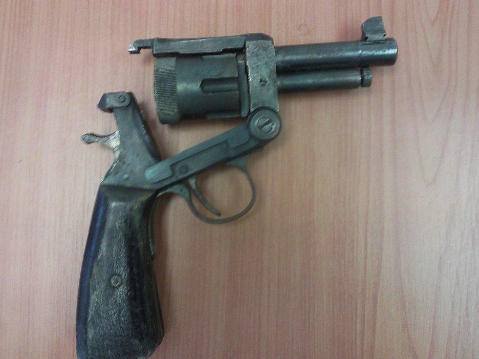 """Šedesát čtyři. Tolik střelných zbraní odevzdali do konce roku lidé na Blanensku při zbraňové amnestii. """"Nejzajímavějším kouskem, který jsme na Blanensku zaznamenali, byl podomácku vyrobený funkční revolver,"""" řekl policejní mluvčí Petr Nečesánek."""