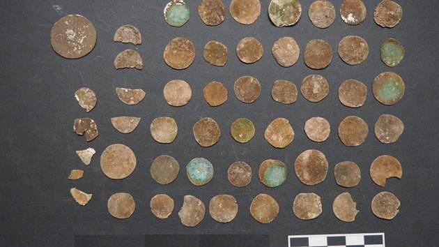 Stříbrný poklad. Ukrytý v kořenech, pod vrstvou hlíny. Desítky mincí. V jižní části okresu Blansko ho objevil první lednovou sobotu hledač Jiří Pernica s detektorem kovů. Nález přibližně padesátky mincí okamžitě ohlásil pracovníkům Muzea Blanenska.