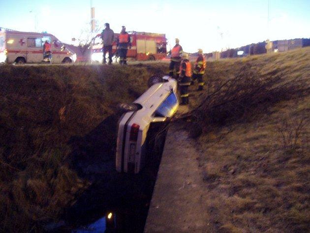 Žena měla štěstí v neštěstí. Auto se překlopilo na pravý bok a řidička se mohla z vozu dostat levou stranou.