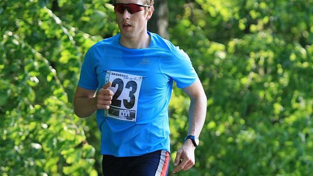 Běžecký seriál Hraběnka Cup pokračoval v úterý druhým závodem z Ráječka do Petrovic. Na téměř osmikilometrové trati vyhrál Jan Křenek z Bořitova. Mezi ženami pak Milada Barešová z Bambasu Skalice.