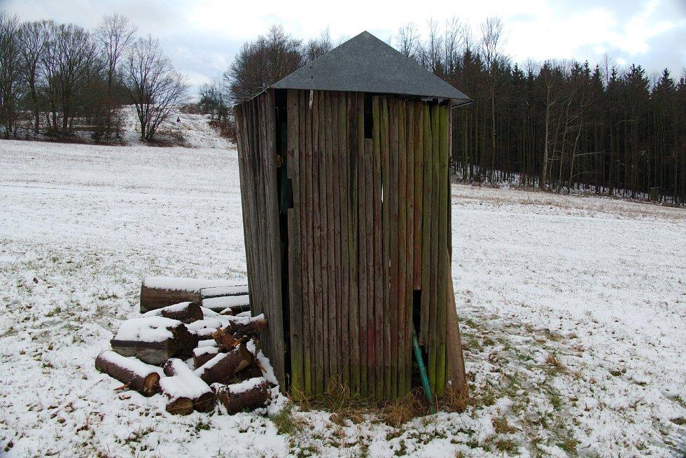 dřevěném rozebiratelném domečku u spodní stanice je prostor pro uložení všech částí vleku.