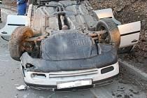 Škoda Octavia skončila na střeše. Převrátil se i vozík.