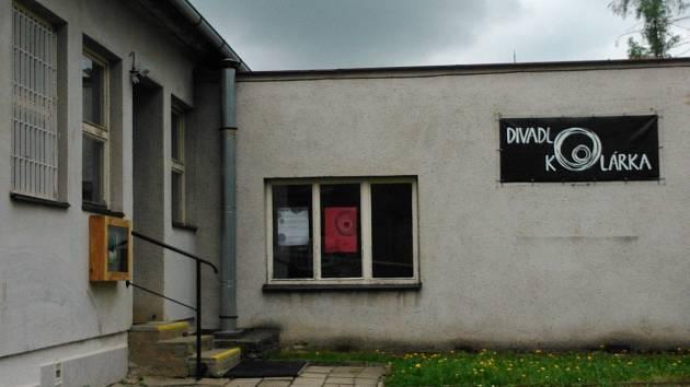 Divadlo Kolárka sídlí ve zchátralé budově v blanenské ulici Kollárova. Budova patří kraji.