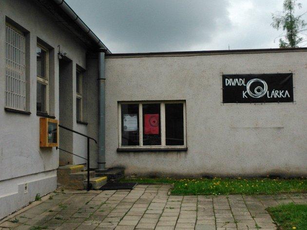 Divadlo Kolárka sídlí ve zchátralé budově vblanenské ulici Kollárova. Budova patří kraji.