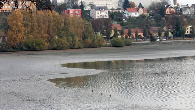 Před víkendovým výlovem z rybníka Olšovce postupně ubývá voda.