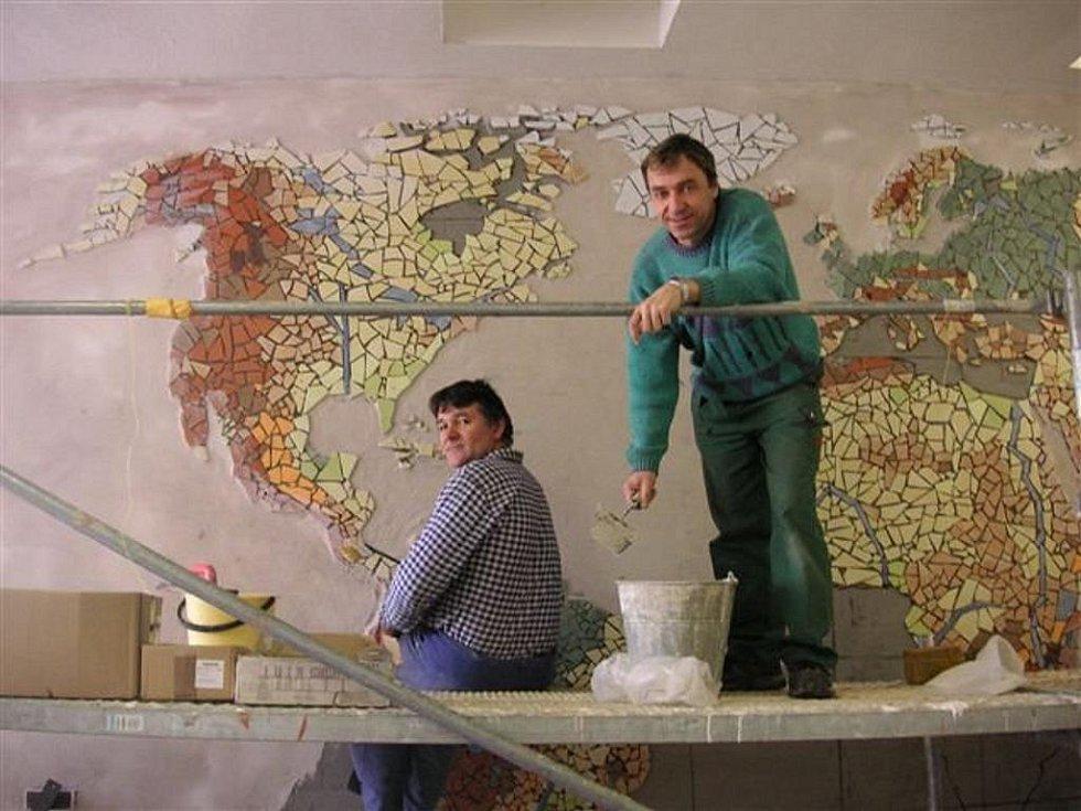 Přes jarní prázdniny proměnili žákyně, učitel a školník chodbu kunštátské základní školy v mozaikovou mapu světa doplněnou hodinami, které ukazují čas v různých světových městech.