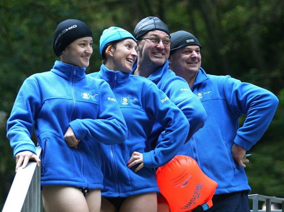 Otužilci zahájili sezonu v ledové Punkvě. Voda měla osm stupňů.