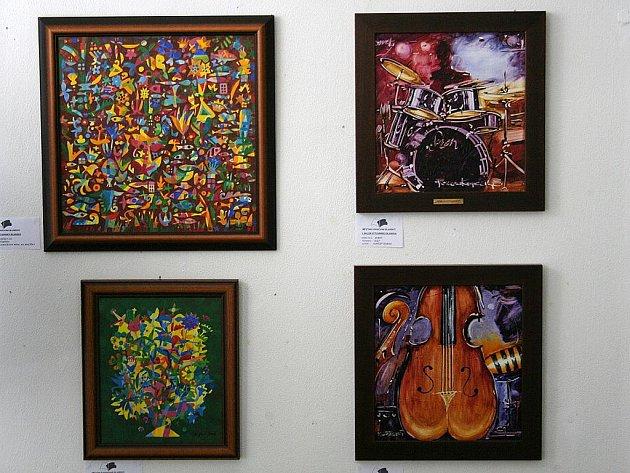 Prostory výstavní síně v blanenské městské knihovně zaplnila díla dvaadvaceti umělců, kteří jsou nějakým poutem spjati s Blanskem.