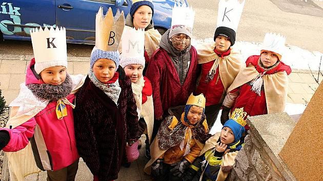 Čtyři skupinky tří králů vyrazili do ulic v Rudici. Jejich příchod ohlašovalo cinkání zvonečku a zpěv.