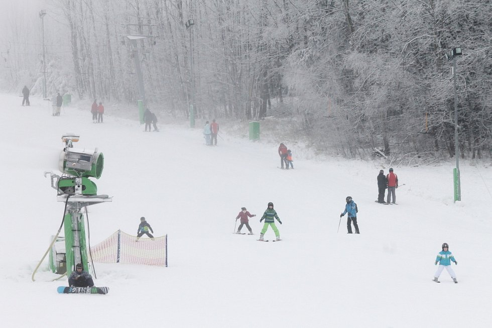 V Olešnici odstartovali lyžařskou sezonu. Jede zatím jen kotva. V Hodoníně u Kunštátu jen zasněžují. Otevřou zřejmě další víkend.