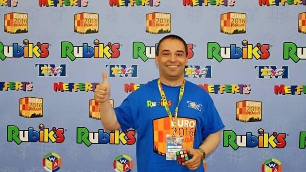 Pavel Novák ze Sloupu bojoval o víkendu na mistrovství Evropy ve skládání Rubikovy kostky. To se konalo v Praze.