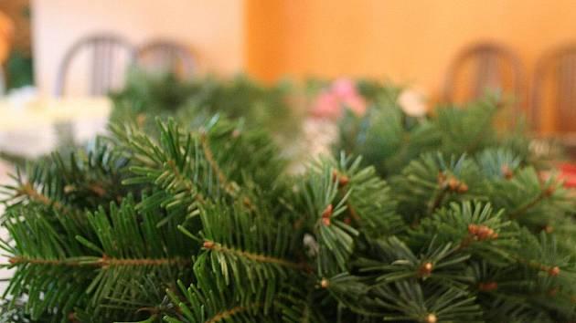 Ze spousty jehličnatých větviček vykouzlily maminky s dětmi i obyvatelky Domu s pečovatelskou službou v Blansku adventní věnce.
