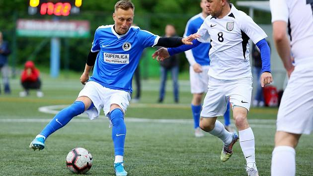 Blanensko (v modrém Jan Koudelka) v Superlize malého fotbalu dvakrát obrátilo duel s Olomoucí a zajistilo si čtvrtfinále play-off.