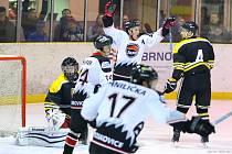 Ve čtvrtfinále krajské hokejové ligy porazila Minerva Boskovice (bílé dresy) HK Kroměříž 5:4 v prodloužení a 5:1 a postupuje do semifinále soutěže.