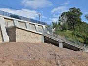 Už třetím rokem opravují pod bývalou silnicí I/43 v Letovicích opěrnou zeď. Letos u ní přibylo schodiště s vyhlídkovou plošinou.