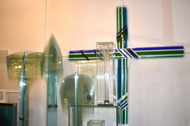 Valér Kováč procestoval téměř celý svět. Vzahraničí ho proslavila unikátní technologie vrstveného skla, při které využívá klasické tabulové sklo. Nejraději přebývá a tvoří vateliéru vOstrově uMacochy na Blanensku.