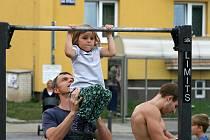 V Blansku dělali shyby na hrazdách. A pomohli postiženým dětem.