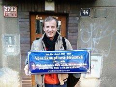 Hasan Zahirović s připravenou pamětní deskou.