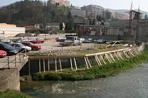 Dělníci začali na náměstí Práce s opravou opěrné zdi. Do léta přibude nová zeleň, chodník a lavičky. O kus dál postaví nové parkoviště.