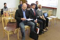 Boskovický úředník Filip Kincl (na snímku vlevo) a další čtyři lidé stojí před soudem. Jsou zapleteni v úplatkářské aféře a pojistném podvodu.