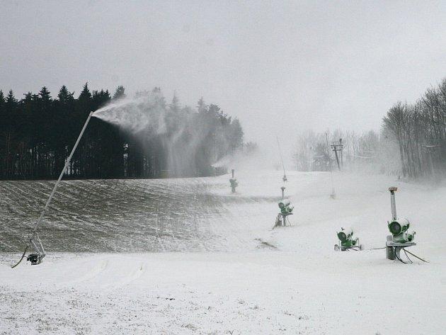 Skiareál v Olešnici využil mrazivých dnů a začal zasněžovat. U sjezdovky v nedalekém Hodoníně u Kunštátu zapojují nová čerpadla.