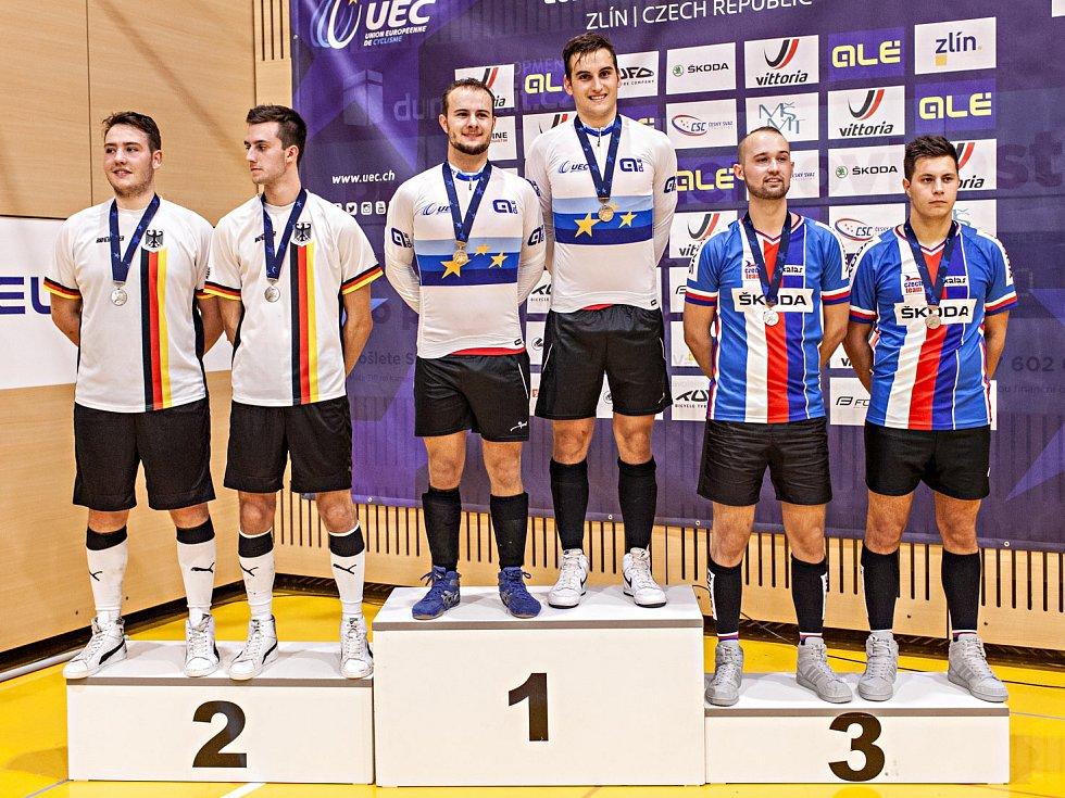 Mladí hráči v kolové z SC Svitávka Roman Staněk s Jiřím Hrdličkou mladším se rozloučili s kategorií do třiadvaceti let tak, jak si přáli. V dresu národního mužstva získali bronzovou medaili na mistrovství Evropy ve Zlíně.