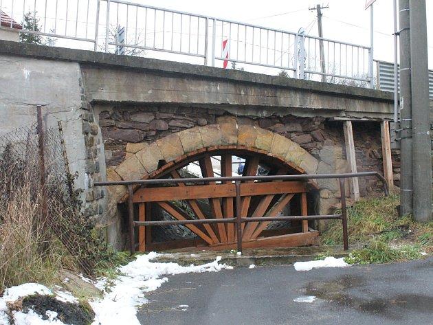 Most v Podolí za křižovatkou směrem na Vísky je v havarijním stavu.