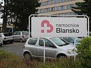 Parkoviště u blanenské nemocnice za 19 milionů je téměř prázdné.