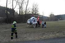 Pro zavalené dělníky přiletěl i vrtulník.
