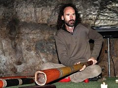 Didgeridoo. Tradiční dechový hudební nástroj australských domorodců. Jeho tóny rozezní opět jeskyni Výpustek nedaleko Křtin.