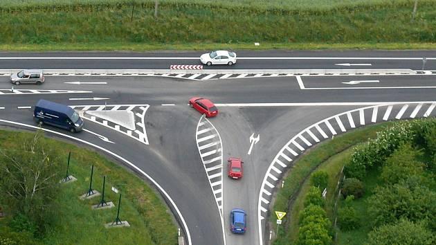 Takto vypadá shora křižovatka v Lipůvce, která nahradila kruhový objezd na silničním tahu Brno – Svitavy. Řada řidičů tuto změnu kritizuje, protože podle nich budou ve směru od Blanska trčet v kolonách.