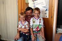Dva synové, devítiletý Adam a pětiletý Dominik, závodí v buginách a získávají jednu trofej za druhou.