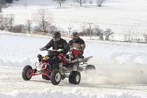 Třetí závod Poháru Drahanské Vrchoviny v motoskijöringu viděli diváci dnes ve Valchově. Sněhové podmínky dovolily pořadatelům vytyčit trasy pro čtyřkolky i pro motocyklisty se zapřáhnutými lyžaři. Dopravu v místě závodu, který se jel těsně vedle silnice z