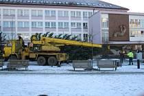 Stavění vánočního stromu na náměstí Republiky v Blansku.