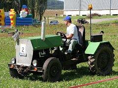 Závod traktorů domácí výroby Bultak-kukuták ve Velké Roudce.
