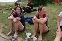 Elitní běžkyně z Blanenska Zdeňka Komárková (vlevo) a Milada Barešová v cíli Moravského ultramaratonu. Vloni Komárková suverénně zvítězila mezi ženami, letos se přihlásila na MiniMUM. Barešová poběží celý závod.