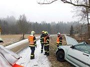 Nehodou skončila ve středu před polednem jízda jednatřicetiletého muže poblíž Jedovnic. Na silnici ve směru na Křtiny dostal smyk a s autem narazil do stromu. Při nehodě si poranil pánev.