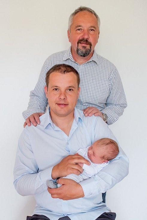 Profesionální hasič Jaroslav Zhoř z Černovic na Blanensku (na snímku uprostřed) se svým otcem Jaroslavem, který je dobrovolný hasič. V náručí má syna Jaroslava, který se narodil den po požáru lesa, kde jeho otec zasahoval.