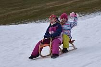 I když je areál kvůli epidemii koronaviru oficiálně zavřený a vleky stojí, berou ho davy lidí v posledních dnech doslova útokem. Jen lyže se snowboardy vyměnili za boby a sáňky.