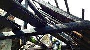 Při požáru neobydleného stavení ve Velkých Opatovicích shořela část střechy.