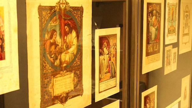 Výstava Budiž světlo je otevřená až do třiadvacátého prosince ve výstavní síni v Městské knihovně Blansko..