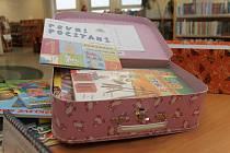 Tematické kufříky si mohou děti z knihovny půjčit domů.
