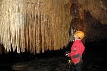 Za neustálé přítomnosti vody dorůstá v podzemí nádherná krápníková výzdoba.