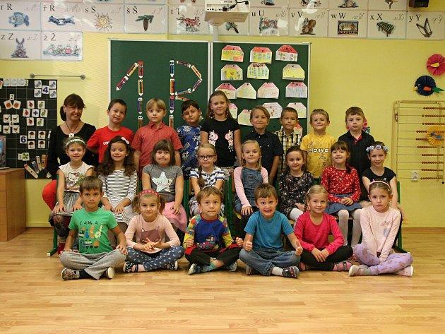 Žáci 1.B ze Základní školy Adamov spaní učitelkou Světlanou Barborskou.