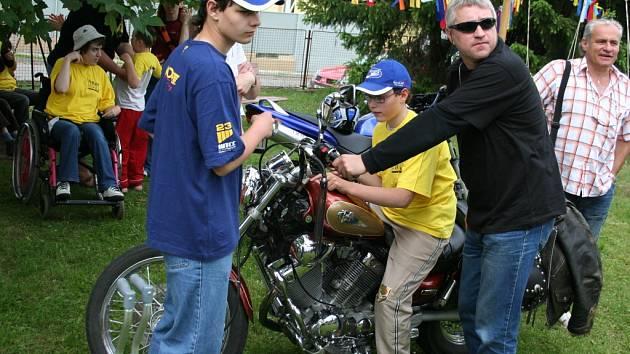 Motorkáři spolu se Základní speciální školou uspořádali 1. speciální motosraz.